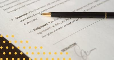 Fotografi av en penna och ett avtal
