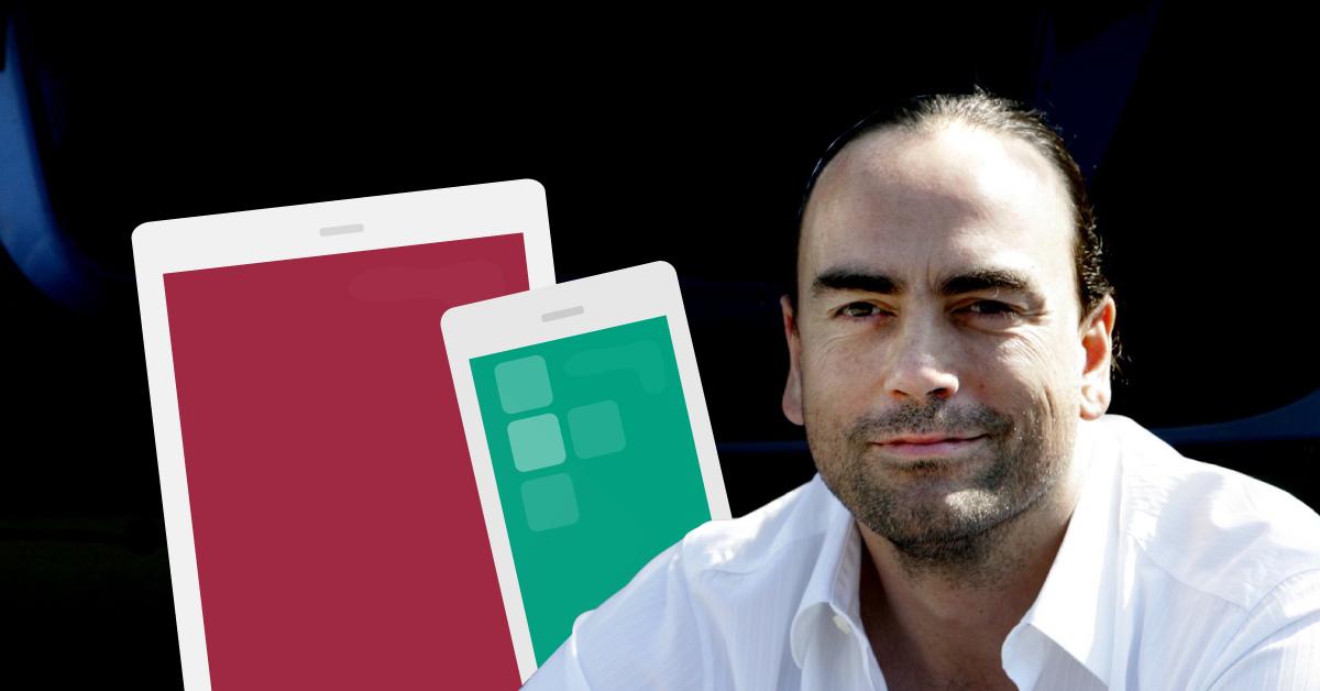 Fotografi på Joakim Jardenberg med två illustrerade mobiler i bakgrunden.
