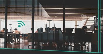 Fotografi av ett kontor med en grön wifi-symbol till vänster om bilden.